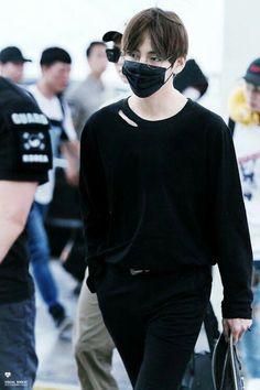 The vampire hunter V and his partner Suga drive like every other weekend to a nightclub. But this time is not going to be like usually. ⚣ Vkook: ⬆Jungkook ⬇Taehyung Yoonmin: ⬆Yoongi ⬇️ Jimin Namjin: ⬆Namjoon ⬇Jin J-Rape Daegu, Bts Airport, Airport Style, Airport Fashion, Kpop Fashion, Men Fashion, Jin, Kim Taehyung, Namjoon