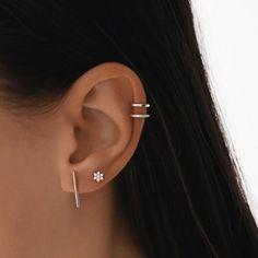 Trending Ear Piercing ideas for women. Ear Piercing Ideas and Piercing Unique Ear. Ear piercings can make you look totally different from the rest. Innenohr Piercing, Tattoo Und Piercing, Helix Piercing Jewelry, Helix Earrings, Double Helix Piercing, Helix Hoop, Top Of Ear Piercing, Double Pierced Earrings, Cartilage Earrings
