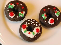 Decorate Hostess Donettes and have beautiful wreaths for breakfast #HostessHolidaySweeps