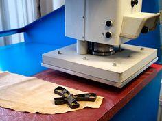 Bevor es automatische Schneidetische gab, wurde der Zuschnitt mit Stanzeisen und Stanzen durchgeführt. Bei besonders schwierigen bzw. sensiblen Materialien werden einzelne Schuhteile auch heute noch auf den hydraulischen Stanzen mit Hilfe von Stanzmessern zugeschnitten.