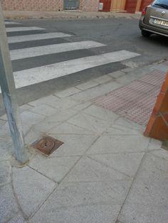 Rampa en c/ Silos esquina c/ Lepanto. Un desproposito impracticable¡ Sin anchura ni espacio para girar un silla de ruedas.