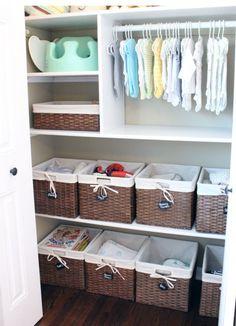Des paniers de rangement en osier pour aménager et ranger la chambre de bébé. On aime l'idée d'y accrocher des petites étiquettes pour s'y retrouver plus facilement.