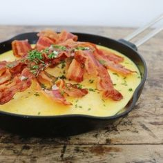 Æggekage i ovnen med bacon - Maria Vestergaard Omelet, Bacon, Lchf, Cheeseburger Chowder, Thai Red Curry, Soup, Fruit, Ethnic Recipes, Omelette