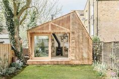 Garden room architecture Wooden Writers Shed in Hackney in Garden Shed Ideas. This alluring writers shed in Hackney, east London, was designed by Surman Weston architects for a client who loves childrens literature and mythology Architecture Renovation, Architecture Design, Architecture Journal, Studios Architecture, Small Space Living, Small Spaces, Work Spaces, Outdoor Spaces, Outdoor Living