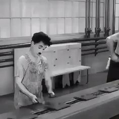 Americans accused Charlie Chaplin of being Communist in this film. He denied it. Comedy Movies, Film Movie, Charlie Chaplin Videos, Smile Charlie Chaplin, Charlie Chaplin Modern Times, Classic Hollywood, Old Hollywood, Film Scene, Chaplin Film