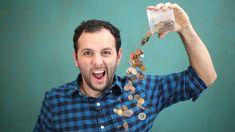 Use um pedaço de madeira, alguns alfinetes e garrafas PET para criar um separador de moedas caseiro e que funciona de verdade!