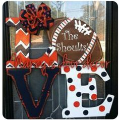 You can definitely show off your football fanaticism with this door decor. This is very festive door hanger to show your team spirit. 24 you may chose your own team colors and personalization on football. Cute Crafts, Fall Crafts, Crafts To Make, Arts And Crafts, Diy Crafts, Football Crafts, Football Decor, Football Signs, Football Wreath