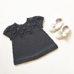 D A H L I A K J O L E Lene Holme Samsøe's bok Kjærlighet på pinner inneholder de lekreste strikkeoppskrifter til barn @leneholmesamsoe Kjolen er strikket i minste størrelse 0/4 med tynn merinoull fra @sandnesgarn ✨⭐️✨ #dahliakjole #dahlia #strikkespam ☺️ #knitting_is_love