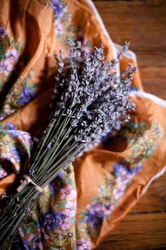 Ana Rosa - lavender against a beautiful linen background. Lavender Cottage, Lavender Garden, Lavender Blue, Lavender Fields, Lavender Flowers, Lavenders Blue Dilly Dilly, Malva, Perfume, Arte Floral