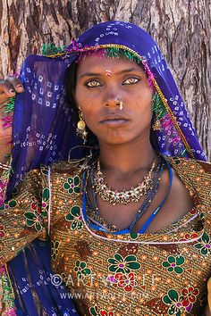 Portrait of a woman with golden eyes and a purple and gold sari, Rajasthan, India Bollywood Stars, Photo Portrait, Portrait Photography, Des Femmes D Gitanes, Gypsy Culture, Native American Girls, Indian Photoshoot, Gypsy Women, Dark Skin Girls