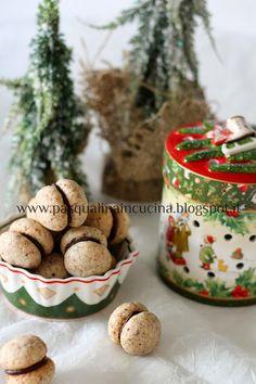 Pasqualina in cucina: Baci di dama....perfetti! 100 grammi di nocciole tostate 110 grammi di farina 00 20 grammi di maizena 90 grammi di zucchero 100 grammi di burro ammorbidito