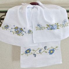 Toalha de lavabo bordada em ponto cruz flores