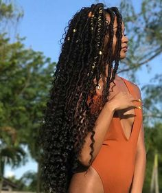 All styles of box braids to sublimate her hair afro On long box braids, everything is allowed! For fans of all kinds of buns, Afro braids in XXL bun bun work as well as the low glamorous bun Zoe Kravitz. Faux Locs Hairstyles, My Hairstyle, Protective Hairstyles, Protective Styles, Hairstyle Ideas, New Hair, Your Hair, Curly Hair Styles, Natural Hair Styles