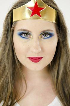 A Mulher-Maravilha (Wonder Woman), primeira super-heroína da DC Comics, surgiu na década de 40 e hoje em dia é um dos maiores ícones pop do sexo feminino e símbolo do feminismo. Um dos integrantes da Liga da Justiça, Diana, a princesa amazona f ...