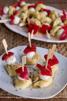 Heute habe ich wieder ein Partyrezept für euch: Tortellini Spieße mit Paprika, Mini Mozzarella und
