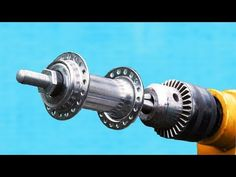 Bright Idea With a Drill and Bicycle Hub ! Essential Woodworking Tools, Easy Woodworking Projects, Woodworking Shop, Dremel Wood Carving, Electronics Basics, Design Fails, Metal Tools, Scrap Metal Art, Homemade Tools