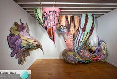 Hoje é dia de ARTE! Nascido em Ourinhos, São Paulo, o artista Henrique Oliveira ficou famoso pelas suas enormes instalações. Esta, por exemplo, foi exposta na Alejandra von Hartz Gallery (Miami) e consiste em recortes de pintura acrílica sobre madeira compensada.