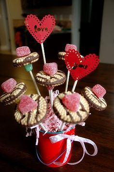 Valentine Cookie bouquet...simple and adorable!  (Not to mention, totally kid friendly!  Yay!)