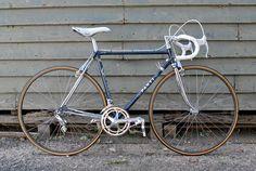 Panti Masterpiece vintage road bike 언젠가 클래식한 크로몰리 로드바이크 프레임을 구하여서 직접 원하는 디자인으로 도색 의뢰를 하고 꾸며보고 싶은데 제가 원하는 컬러링 컨셉이 흰색 + 파란색 이어서 두 가지 색이 컬러링 된 클래식 로드바이크 이거나 참고할만한 디자인인 클래식 로드바이크들의 사진들을 모아봤습니다. 그 중에서도 이 사진의 로드바이크가 제가 생각한 클래식 로드바이크에 가장 근접한 사진이어서 선택하였습니다.