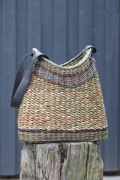 The Stylish Gypsy Basket Willow, Big Basket, Basket Bag, Weaving Art, Weaving Patterns, Hand Weaving, Willow Weaving, Basket Weaving, Diy Sac