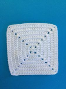 I've made this solid crochet granny square pattern as well as a crochet beginner video tutorial. See the free patterns and appliques to decorate them. Granny Square Pattern Free, Granny Square Tutorial, Granny Square Crochet Pattern, Crochet Squares, Crochet Patterns, Crochet Blocks, Afghan Patterns, Knitting Patterns, Free Knitting