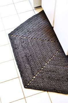 DIY: half hexagon crochet rug made with T-shirt yarn!!