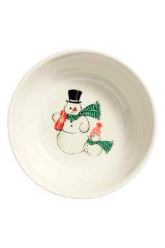 Taça de porcelana com motivo: Pequena taça de porcelana com motivo de Natal estampado. Altura: 4,5 cm. Diâmetro: 12,5 cm.