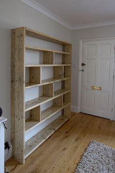 Gran librería de madera reciclada con divisores verticales.