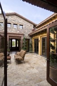 tuscan courtyard. (My forever home would have a Tuscan courtyard.)