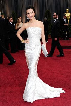 Actress Li Bingbing arrives on the red carpet at the 84th Annual Academy Awards on February 26, 2012 in Hollywood, California.