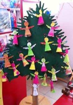 * Een kerstboom gemaakt van kleuterhandjes, versierd met bestempelde engeltjes. De kinderhandjes heb ik aan elkaar vastgeplakt en de plaatsen waar er nog open ruimte was, daar hangen restjes van het groene papier. Daarna heb ik karton gebruik om de 'kruin' stevig te maken. Een kartonnen poster rol als stam gebruikt.