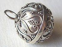 Silver dream ball(harmony ball) made in Bali, Indonesia バリ島で作られている、銀のガムランボール。ドリームボールやハーモニーボールとも呼ばれています