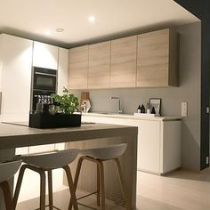 These minimalist kitchen ideas are equal components calm and also stylish. Discover the very best concepts for your minimalist style kitchen that fits your taste. Browse for impressive photos of minimalist style kitchen for ideas. Modern Kitchen Design, Modern Interior Design, Interior Design Kitchen, Modern Decor, Kitchen Desks, New Kitchen, Luxury Kitchens, Home Kitchens, Marble Interior