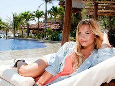 Bien sabemos que a las celebridades de todo el mundo les encanta venir a pasar unos días de sol en nuestras hermosas playas. Ahora fue el turno de Demi Lovato, quien se escapó al hotel Viceroy Zihuatanejo.  Demi se tomó unos cuantos días para descansar de su agitada gira de conciertos que la tiene viajando alrededor del mundo. Y lo hizo en el momento justo antes de que empiece la nueva edición de The X Factor, de la que será jurado al lado de Britney Spears.