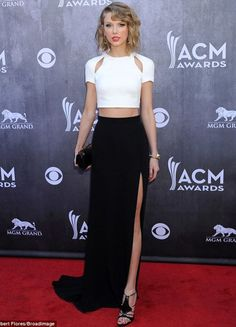 Taylor Swift Sexy Crop Top Split skirt at the ACM Awards Taylor Swift Rojo, Estilo Taylor Swift, Taylor Swift Style, Taylor Swift Parents, Taylor Swift Vestidos, Crop Top Dress, Dress Long, Dress Red, Casual Dresses