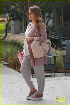 jessica-alba-looks-pretty-in-pink-for-a-day-at-the-office-05.jpg (817×1222)