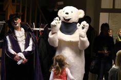 Fiete der Abenteuer – ein wunderschönes Kinderbuch | Begrüßung durch einen Eisbären und dem gestiefelten Kater in der Stadtbibliothek (c) Frank Koebsch (3)