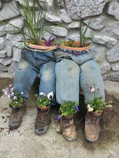 19 great DIY ideas with old jeans turn into unique flower pots If you have been looking for an original and original way to use these old jeans that you can no longer wear, we have come across some bri. Garden Crafts, Diy Garden Decor, Garden Projects, Garden Whimsy, Unique Gardens, Unique Flowers, Front Yard Landscaping, Garden Planters, Garden Planning
