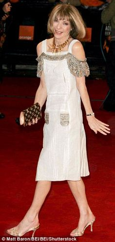 Obviously versatile! How nice! The style has been nicknamed 'AW', her initials, in her honor (pictured in Anna Wintor, Skirt Fashion, Fashion Dresses, Anna Wintour Style, Look Thinner, Signature Look, Fashion Editor, Stylish Girl, Stylish Dresses