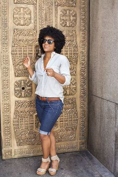 The Tiny Closet: casual yet chic summer look with button down top, bermuda shorts and wedges. Mode Outfits, Short Outfits, Chic Outfits, Summer Outfits, Fashion Outfits, Denim Outfits, Dressy Outfits, Fashionable Outfits, Mode Shorts