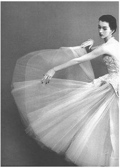 Dovima photographed wearing Balenciaga by Richard Avedon, 1950.