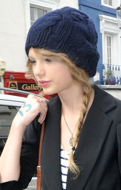Taylor Swifts curly, long hairstyle