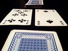 Rekenspel. Haal alle plaatjes uit een kaartspel. Geef 2 leerlingen 2 gelijke stapels kaarten. Beide leerlingen draaien 1 kaart van de stapel om. De getallen worden vermenigvuldigd. Het kind dat als eerste de keersom kan beantwoorden, mag de stapel hebben. Degene met de grootste stapel aan het einde, wilt het spel!