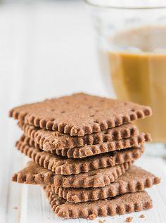 טולי יקותיאל מגישה - שוקו צ'יפס כמו שצריך, עוגיות פיסטוק, עוגיות שוקו-בננה והכי הכי: ריבועי פתי בר קקאו ממכרים שלא מהעולם הזה. רביעיית מתכוני עוגיות Pastry Recipes, Cookie Recipes, Dessert Recipes, Muesli Cookies, Mini Cakes, Cake Cookies, Food For Thought, Sweet Tooth, Deserts
