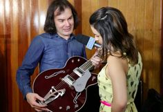 Thomas Arques ( George Harrison ) mostrando sua guitarra durante entrevista.  #AllYouNeedIsLove #Beatles