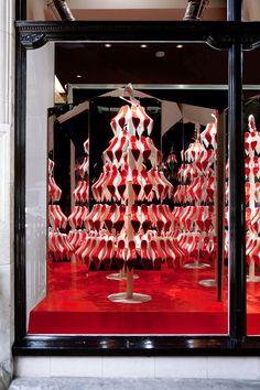 inspiración de viernes: árbol de navidad en la vidriera de Christian Loboutin. Espectacular y tradicional al mismo tiempo. Para ver más: http://www.studioxag.com/index.php?%2Fwindows%2Flouboutin-xmas%2F ¡Buen fin de semana!