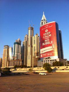 Amaneciendo en un barrio de Dubai. Sus altos y modernos edificios con una gran pancarta de publicidad, el dinero y el consumo conviven en esta ciudad.