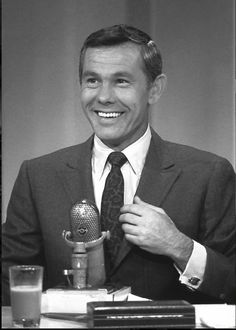Oct Johnny Carson takes over from Jack Paar as host of the late-night talk program The Tonight Show. Carson went on to host The Tonight Show Starring Johnny Carson for three decades, becoming one of the biggest figures in entertainment in the century. Johnny Carson, Here's Johnny, Emission Tv, Star Wars, Tonight Show, Vintage Tv, Vintage Stuff, Vintage Photos, Old Tv Shows