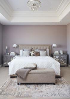 Bella idea per tinteggiare la camera da letto - pareti viola con particolare forma del soffitto realizzato in cartongesso con vari cornici decorative - stile classico contemporaneo