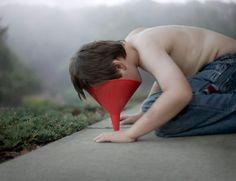 En souhaitant se rapprocher de son fils autiste, Timothy a réalisé une série de photographies très poignantes pour illustrer cet univers à part. Une collaboration père-fils qui capture des moments d'intimité chargés d'émotions.Tim...